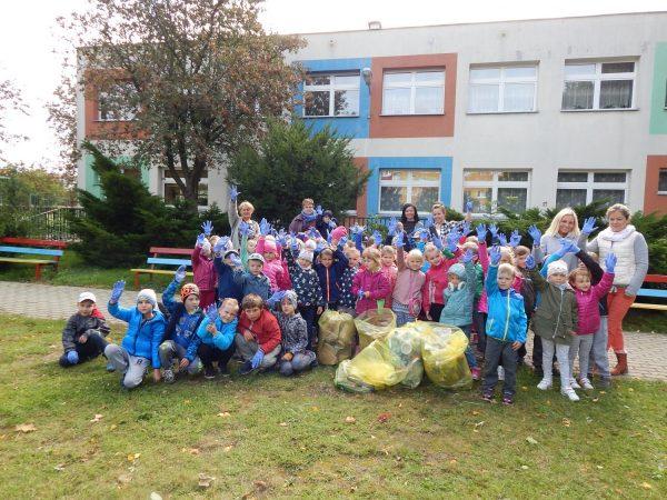 Sprzątamy świat. Sprzątaliśmy nasz ogród i najbliższy teren przy przedszkolu.