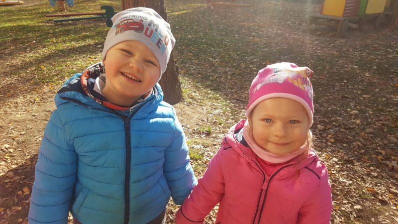 Króliczki podziwiają PIĘKNĄ JESIEŃ w ogrodzie przedszkolnym!