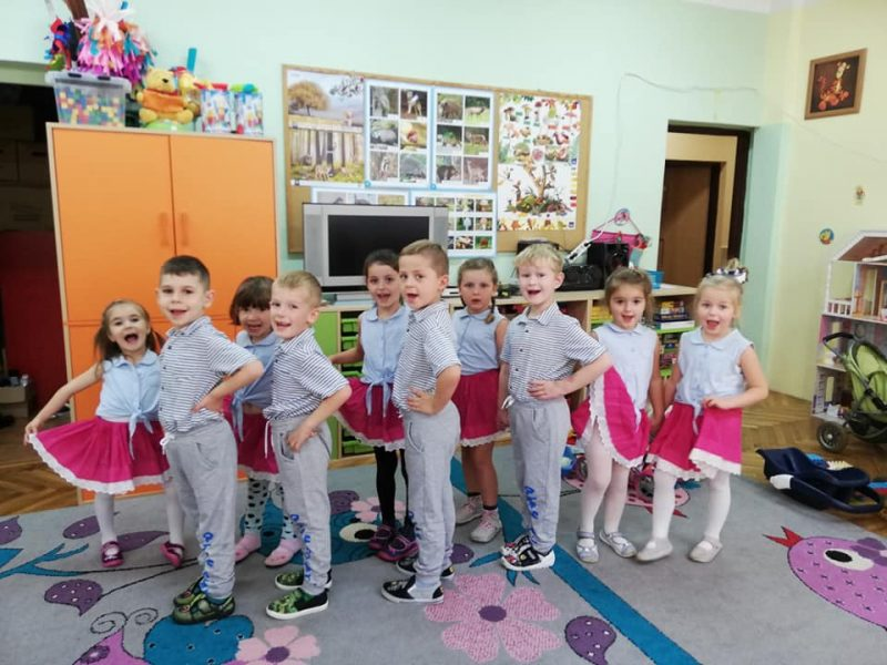 Tygryski tańczą dla wszystkich pracowników oświaty. 14.10.2019r.