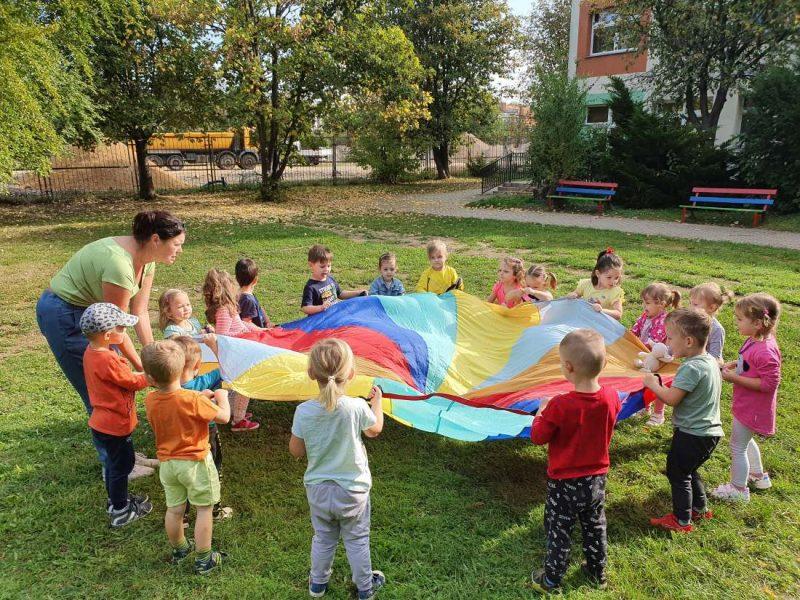 Zabawy w ogrodzie przedszkolnym.